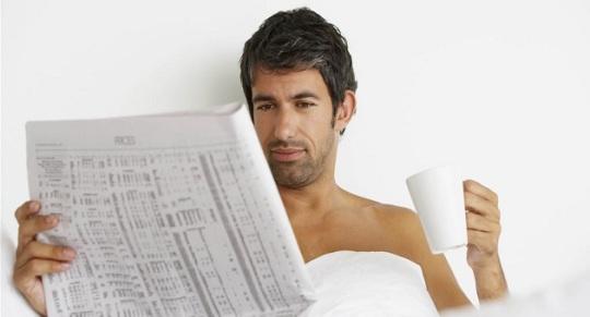 lendo-o-jornal-e-tomando-cafe-na-cama-ad6ad
